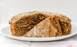 咖啡和核桃乳脂软糖蛋糕 图库摄影