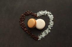 咖啡和椰子蛋白杏仁饼干在黑暗的背景 免版税图库摄影