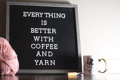 咖啡和毛线 库存照片