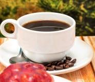 咖啡和沙漠代表草莓馅饼和Barista 图库摄影