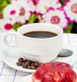 咖啡和沙漠手段草莓酸的饼和烘烤 图库摄影