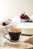 咖啡和没有烘烤乳酪蛋糕奶油甜点用樱桃 库存图片