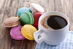 咖啡和法国macaron 免版税库存照片