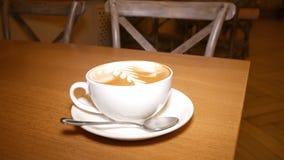 咖啡和泡沫在热奶咖啡 股票视频