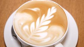 咖啡和泡沫在热奶咖啡 股票录像