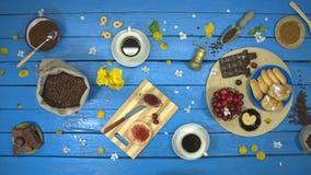 咖啡和点心在一张蓝色木桌上 r 股票录像