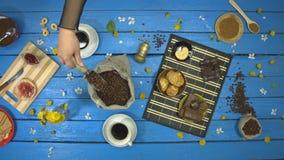 咖啡和点心在一张蓝色木桌上 r t 股票视频