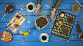 咖啡和点心在一张蓝色木桌上 r t 股票录像