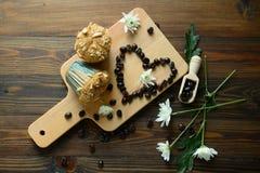 咖啡和点心在开胃一张木的桌上 库存图片