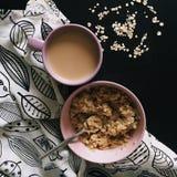 咖啡和燕麦粥在黑桌上 免版税库存图片