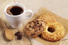 咖啡和甜曲奇饼 免版税图库摄影