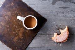 咖啡和百吉卷 免版税库存照片