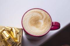 咖啡和礼物 免版税库存图片