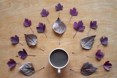 咖啡和秋叶创造性的射击  库存照片