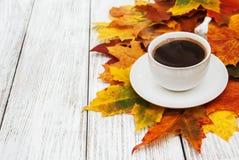 咖啡和秋叶 免版税库存照片