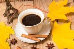 咖啡和秋叶 库存图片