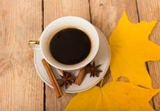 咖啡和秋叶 免版税库存图片