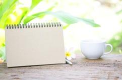 咖啡和空的日历 免版税库存照片