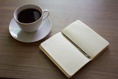 咖啡和笔记薄 库存图片