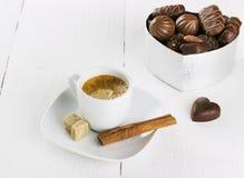 咖啡和箱在白色木背景的巧克力 免版税库存照片
