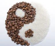 咖啡和糖作为yin和杨 库存照片
