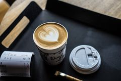 咖啡和糖在桌盘子 免版税库存照片