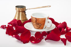 咖啡和红色玫瑰花瓣在白色背景 免版税库存照片