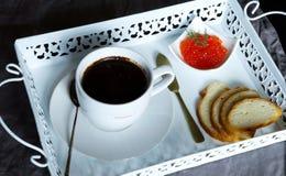 咖啡和红色鱼子酱早餐  免版税库存照片