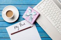 咖啡和纸与我的书题字在笔记本附近 库存照片