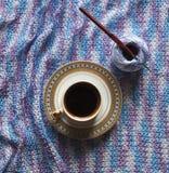 咖啡和编织 Microfiber螺纹 一个断裂的概念在工作的 库存照片