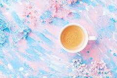 咖啡和花在五颜六色的台式视图 平的位置样式 创造性的早餐为妇女天 有魄力的柔和的淡色彩 免版税图库摄影