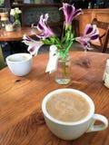 咖啡和花 图库摄影