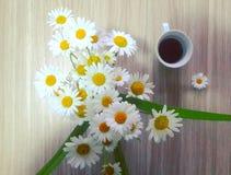 咖啡和花 免版税库存图片