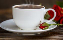 咖啡和英国兰开斯特家族族徽在一张木桌上 免版税库存图片