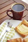 咖啡和苹果法式蛋糕铺特写镜头 免版税库存照片
