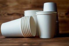 咖啡和茶的白色一次性纸杯 很多 免版税图库摄影