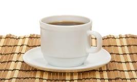 咖啡和茶碟在一块竹餐巾 库存图片
