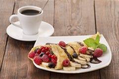 咖啡和薄煎饼用莓果 免版税库存照片