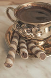 咖啡和薄酥饼饼干卷 库存图片
