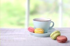 咖啡和蛋白杏仁饼干在木空的空间背景 免版税库存图片