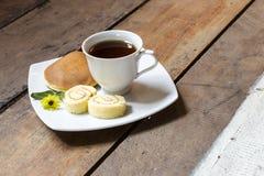 咖啡和蛋糕与早餐 库存照片