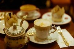 咖啡和蛋糕在葡萄酒法国人瓷 免版税库存图片