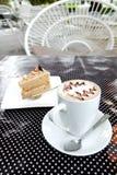 咖啡和蛋糕有庭院视图 免版税库存照片