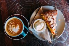 咖啡和蛋糕 点心,热奶咖啡 免版税图库摄影