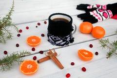 咖啡和蜜桔在白色木背景 名列前茅v 免版税库存图片