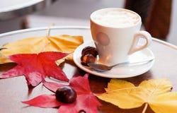 咖啡和被烘烤的栗子 免版税库存图片