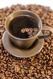 咖啡和豆在杯子 免版税库存图片