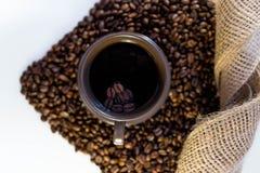 咖啡和豆在杯子 图库摄影