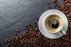 咖啡和豆在板岩 库存照片