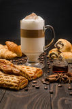 咖啡和酥皮点心 库存照片